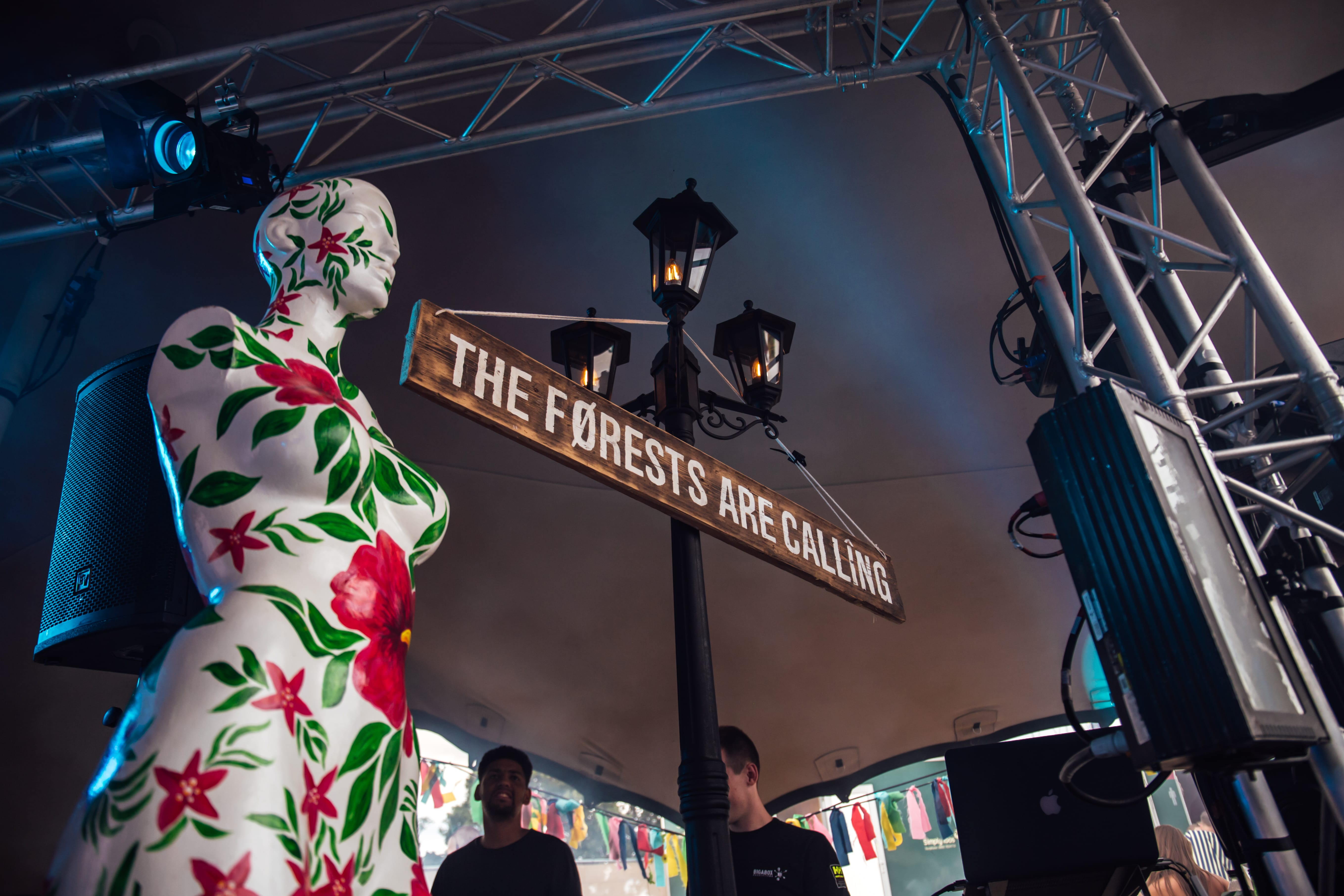 Eastern Electrics Mad Hatter mannequin forest sign lampost min